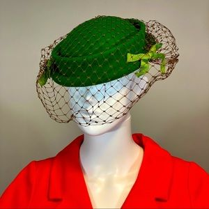 1940's Wolf & Dessaur kelly green wool cap w/ net